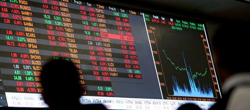Ibovespa fecha em alta e corteja 102 mil pontos com ajuda de bancos