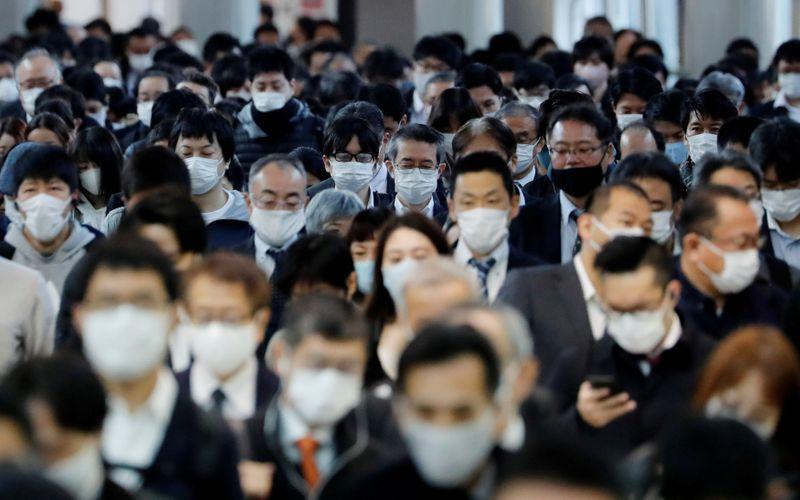 Robô reforça regras de distanciamento social e uso de máscaras em loja no Japão