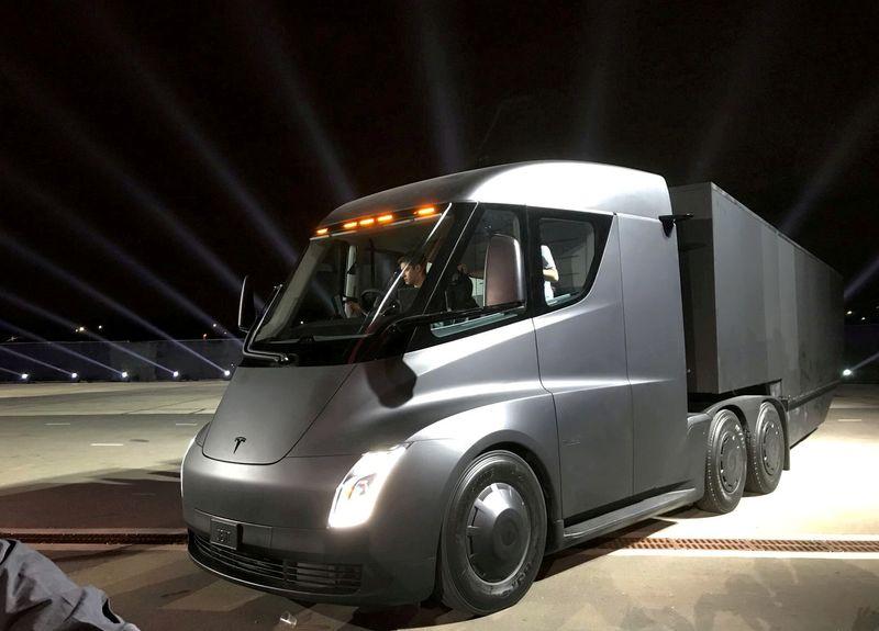 Restrições de células de bateria afetam a produção do Tesla Semi, diz Musk