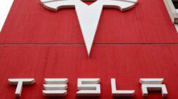 Carros da Tesla podem andar sem ninguém no assento do motorista, diz revista especializada