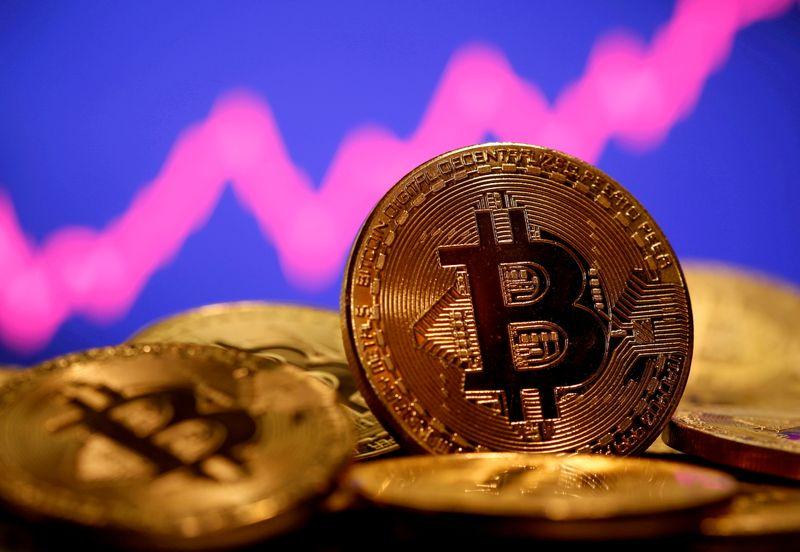 Bitcoin sobe 8% e recupera-se parcialmente após derrocada