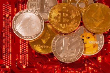Bitcoin cai abaixo de US$30 mil pela 1ª vez em um mês