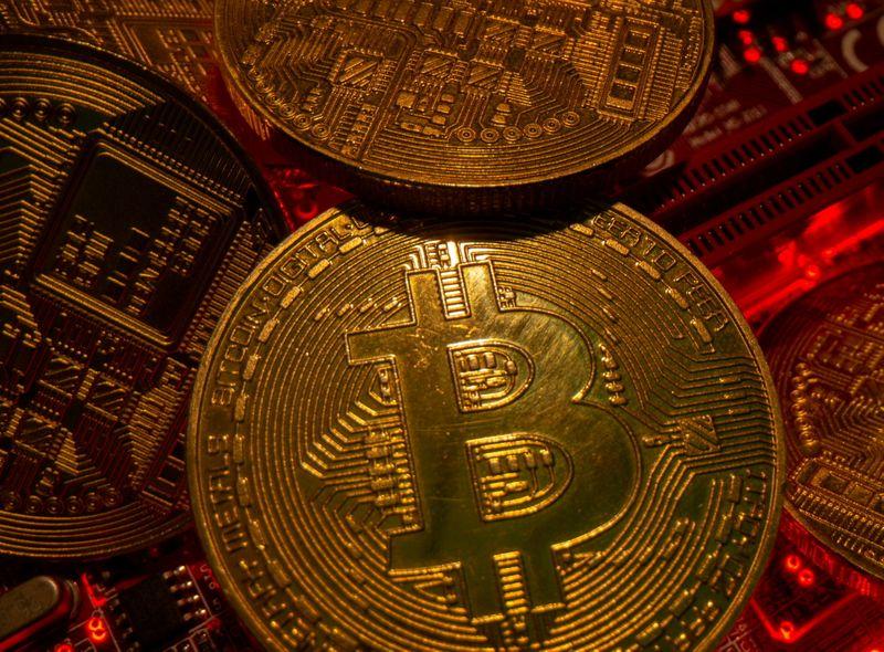 Bitcoin sofre realização de lucros, mas caminha para maior ganho mensal desde fevereiro