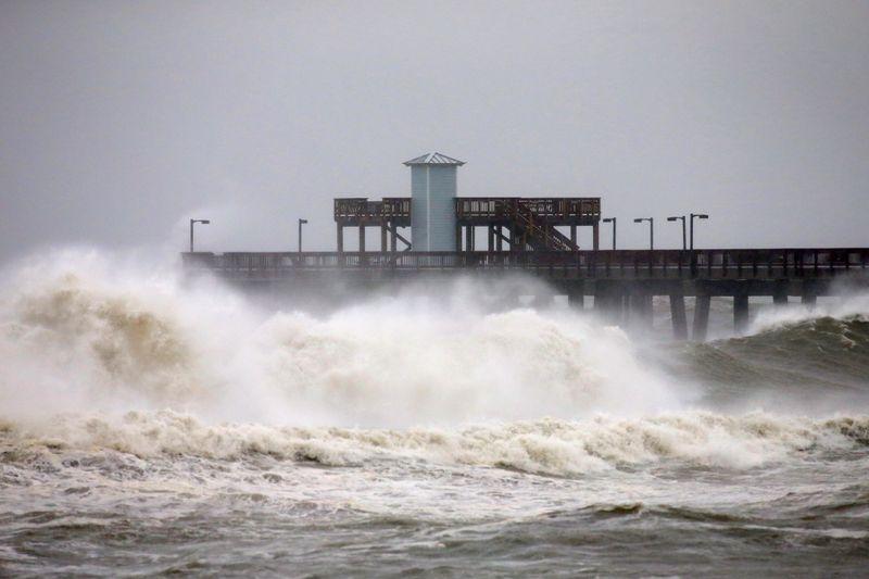 Furacão Sally ruma para costa dos EUA e pode causar inundação histórica
