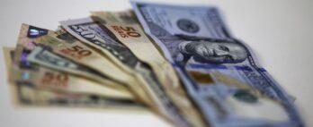 Dólar salta 2,8% contaminado por nervosismo em DIs e desconfiança com BC
