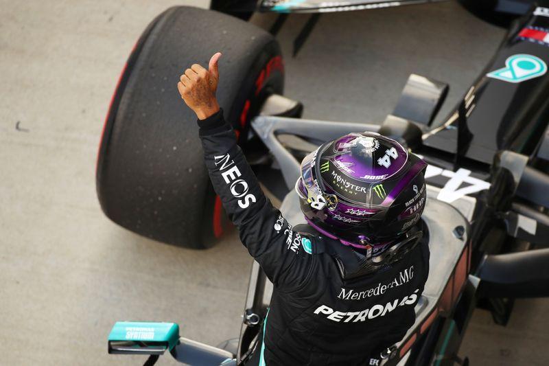 Hamilton conquista pole position e mira recorde de Schumacher na F1