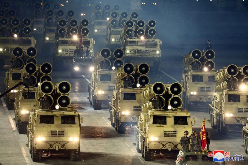 """Coreia do Norte revela novo míssil balístico intercontinental """"monstruoso"""" em desfile"""