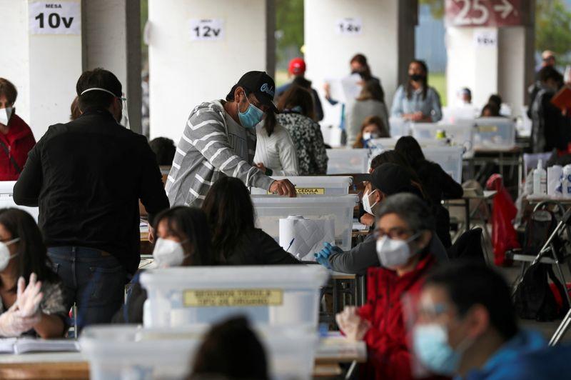 Urnas abrem no Chile para plebiscito histórico que pode levar à nova Constituição