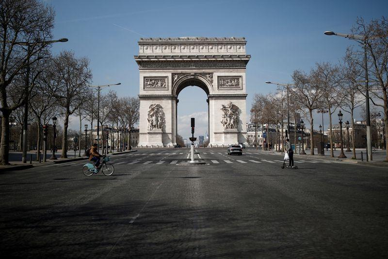 Áreas do Arco do Triunfo e da Torre Eiffel são liberadas após alertas de segurança