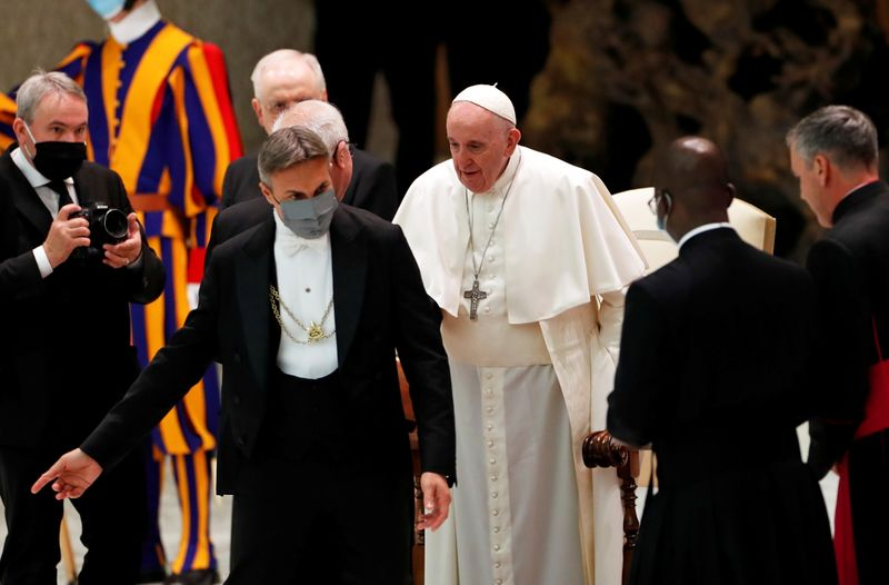 "Sem máscara, Papa Francisco diz que ""senhora"" Covid deve ser obedecida"