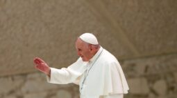 """Papa condema ataque """"selvagem"""" a igreja na França e pede que povo permaneça unido"""