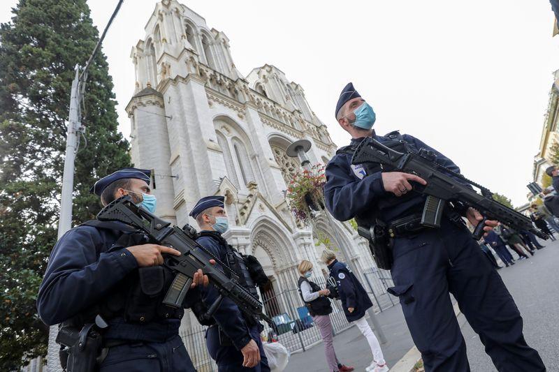 Homem armado com faca decapita mulher e mata mais 2 em ataque em igreja