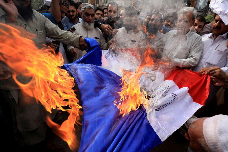 Dezenas de milhares de muçulmanos protestam pelo mundo contra comentários de Macron