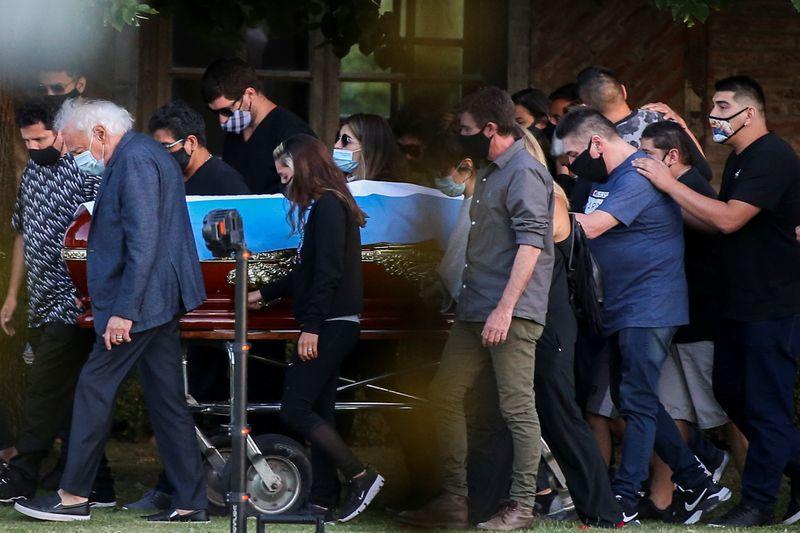 """""""Adios Diego"""": Maradona é enterrado e mundo chora a perda de um dos maiores astros do futebol"""
