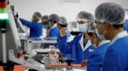 Capacidade de produção anual de vacinas contra Covid-19 da China deve chegar a 610 milhões de doses ao fim de 2020