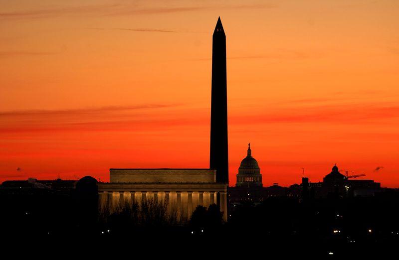 Após tumulto, Washington busca garantir posse segura de Biden