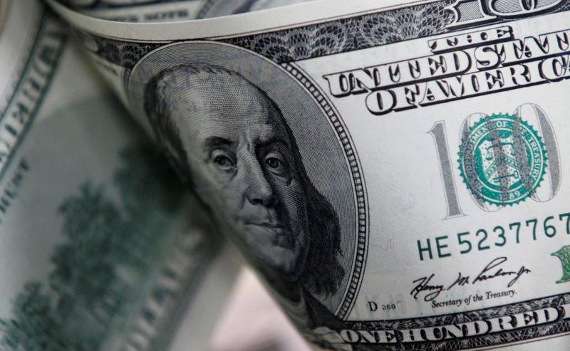 Dólar cai mais de 2% com realização de lucros após rali dos primeiros dias do ano