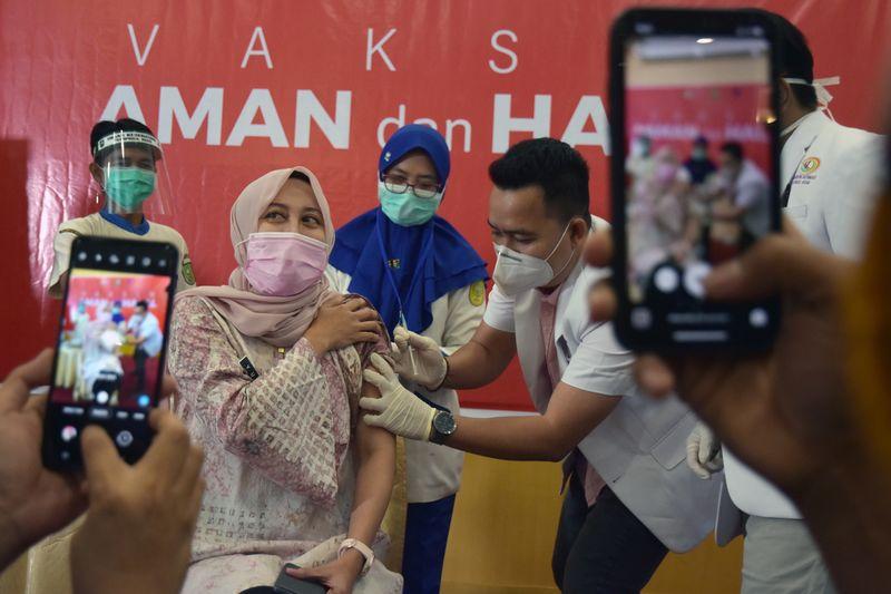 Profissionais de saúde da Indonésia apelam à população para tomar vacina contra Covid