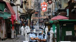 Hong Kong coloca milhares de pessoas em 'lockdown' para testes compulsórios de Covid-19