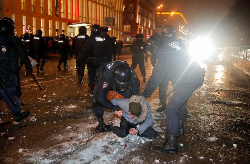 Polícia russa prende mais de 2.500 em manifestações de apoio a opositor Navalny