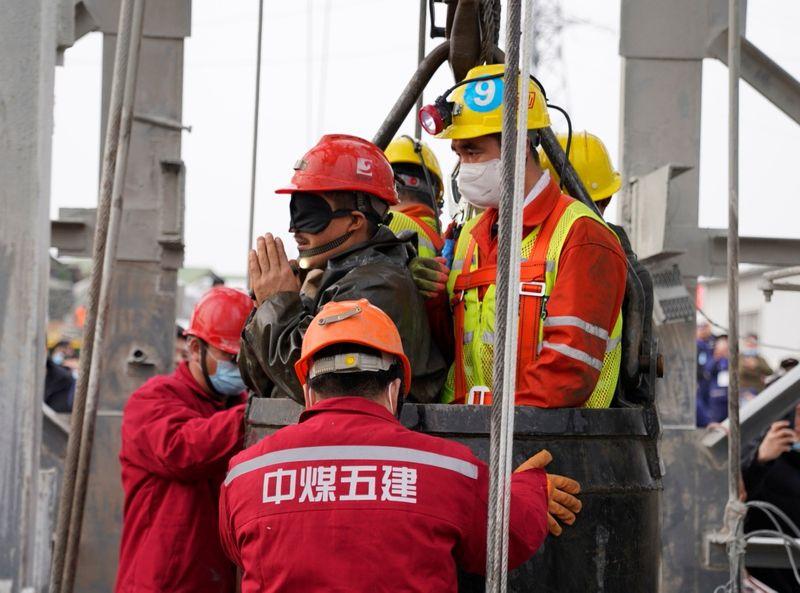 Onze mineiros são resgatados na China após 14 dias soterrados