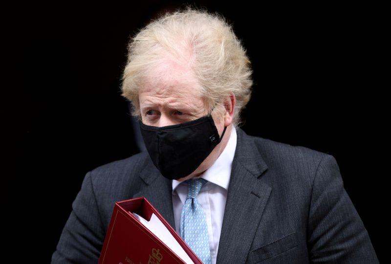 Johnson traça rota para reativar economia britânica em meses