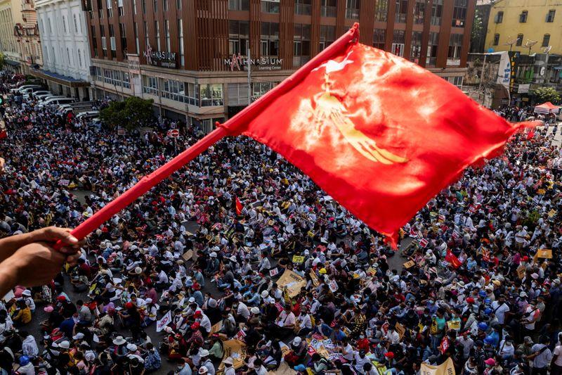 Junta militar de Mianmar enfrenta greve geral e desafio de manifestantes