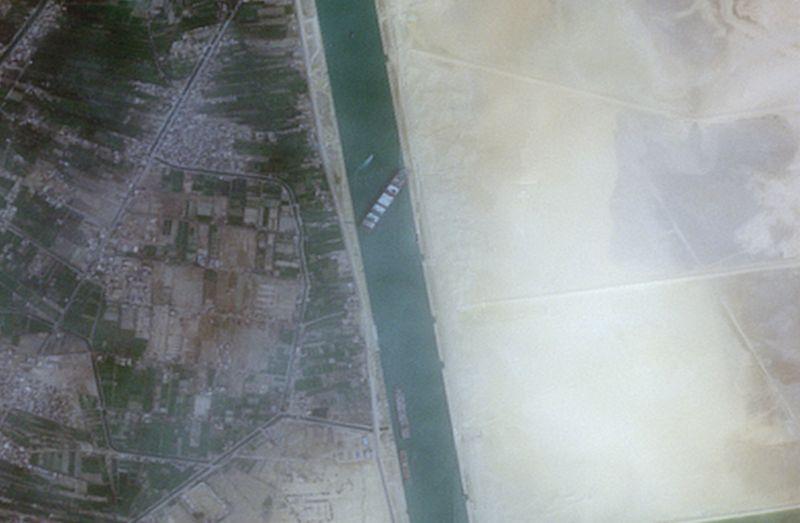 """Canal de Suez suspende tráfego com navio ainda encalhado """"como uma baleia"""""""