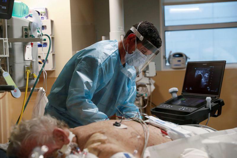 Reação dos EUA à Covid poderia ter evitado centenas de milhares de mortes, dizem estudos