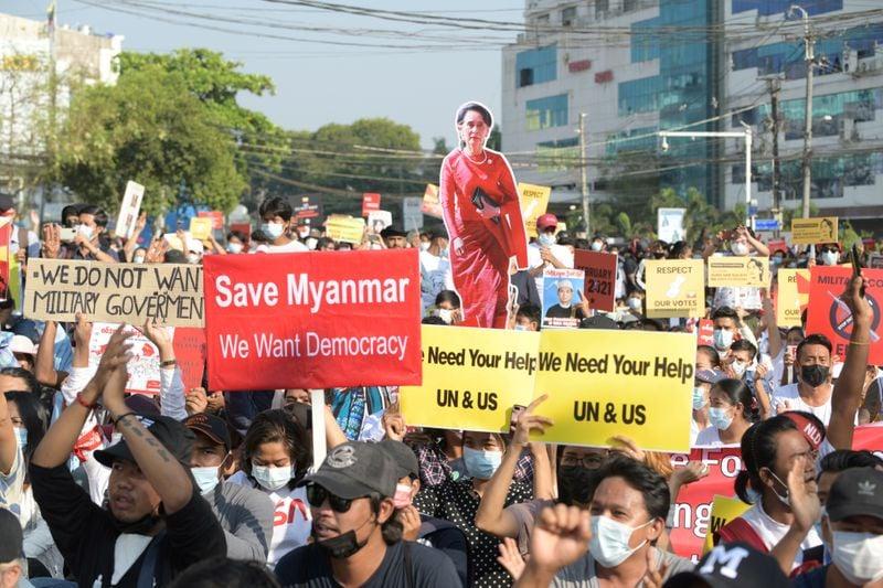 Três morrem em protestos em Mianmar; Banco Mundial alerta para contração