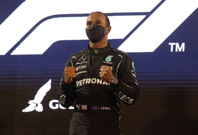 Hamilton segura Verstappen em abertura épica de temporada na F1 no Barein