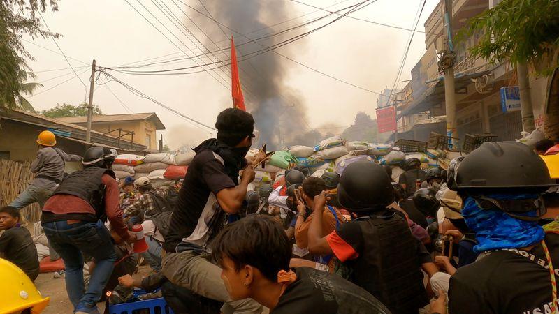 Milhares vão às ruas de Mianmar após dia mais sangrento desde golpe