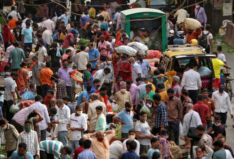 Índia supera 100 mil casos diários de Covid e culpa variantes por disparada