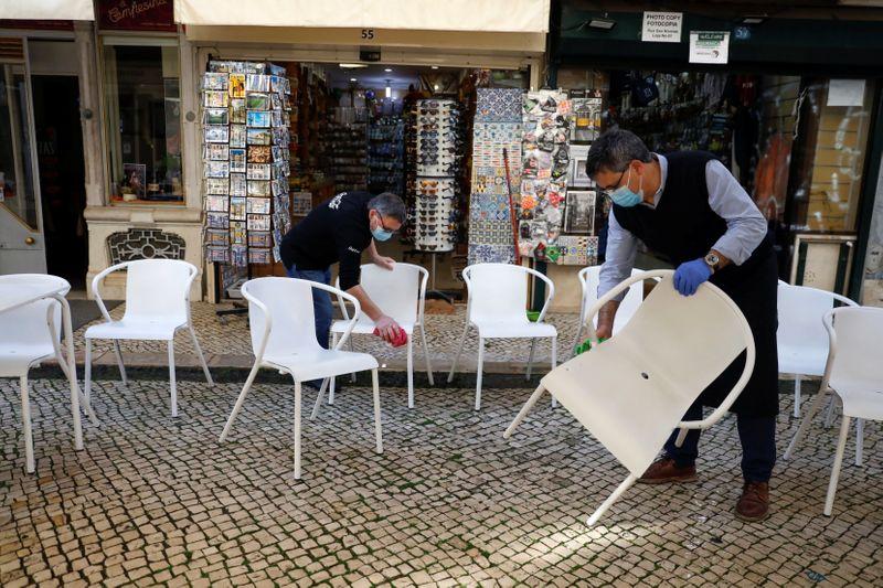 """""""Hora de seguir em frente"""": Portugal ameniza lockdown da Covid-19"""