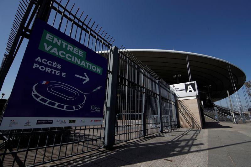 França começa a aplicar vacinas contra Covid-19 no estádio nacional