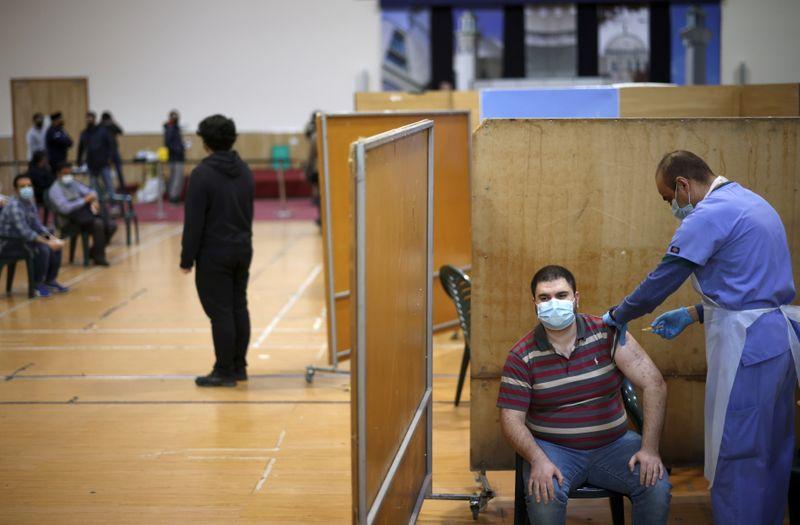 Reino Unido oferece 1ª dose de vacina a todos acima de 50 anos e bate meta