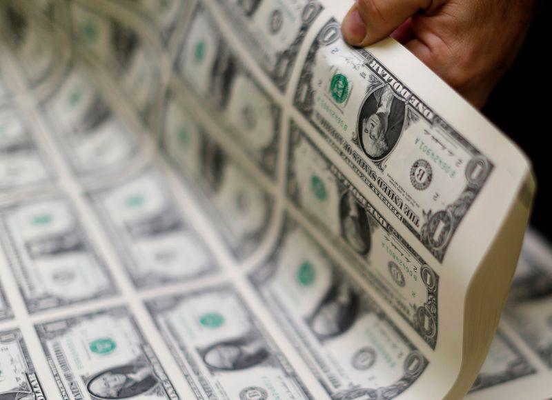 Dólar tem 4ª queda seguida com exterior benigno, mas de olho em Brasília