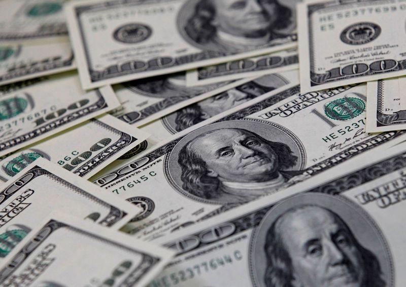 Dólar vai às mínimas em um mês e anula alta pós-crise do Orçamento