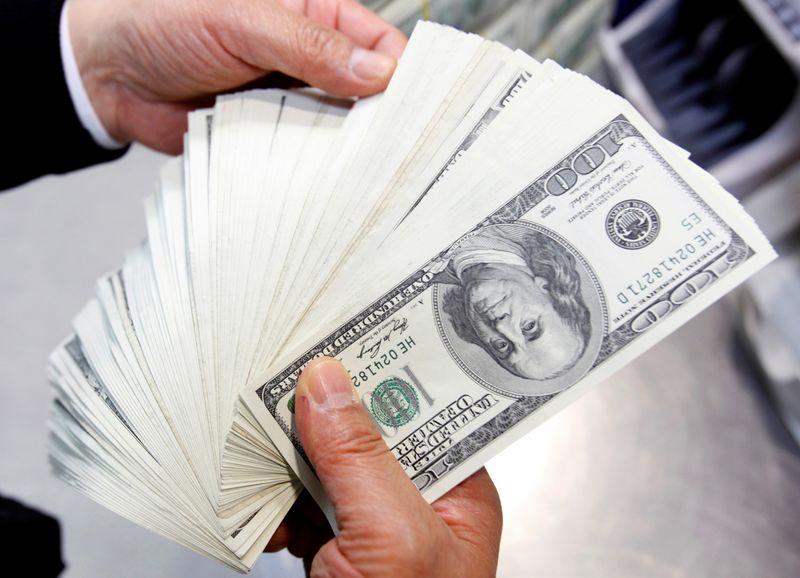 Dólar inicia semana agitada em queda contra real