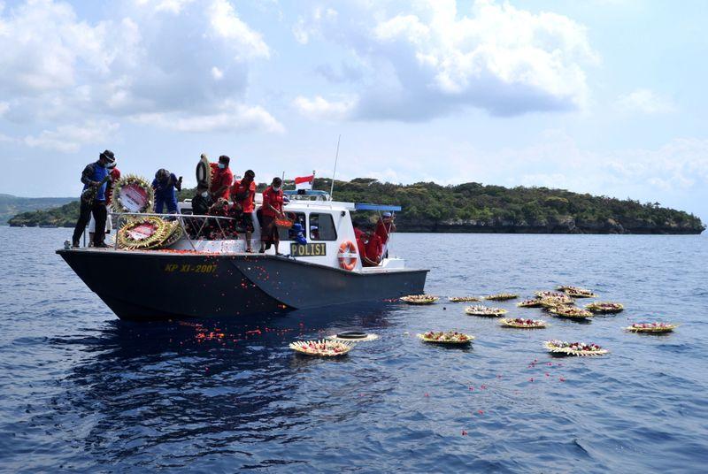 Familiares homenageiam vítimas de acidente de submarino da Indonésia