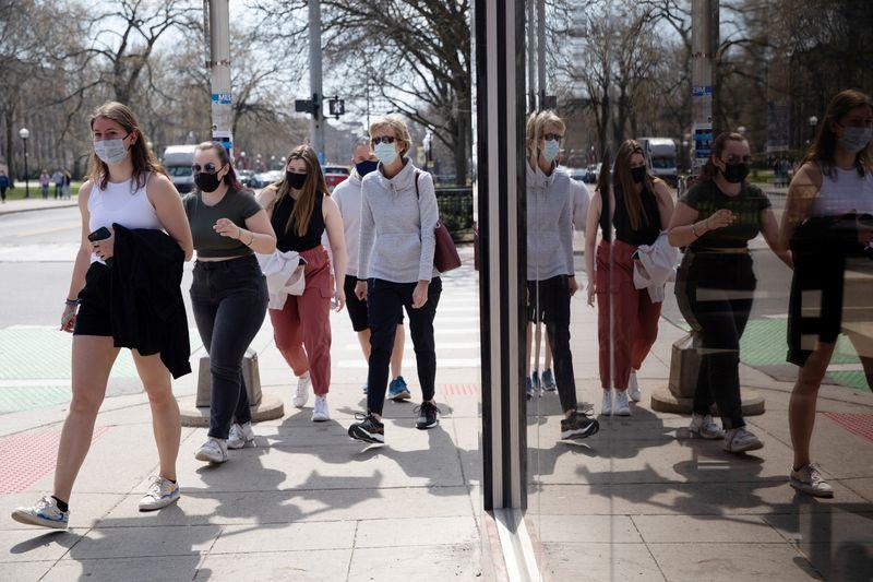 EUA orientam que pessoas vacinadas podem ficar sem máscara em lugares abertos em alguns casos