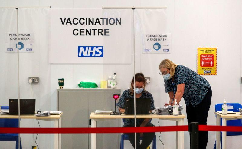Vacinação reduz em até pela metade transmissão da Covid-19 em domicílios, diz Inglaterra