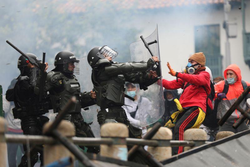 Milhares de colombianos protestam contra proposta de reforma tributária