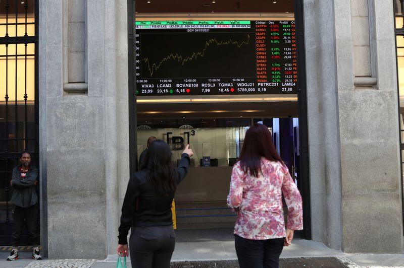 Ações de bancos sustentam Ibovespa no azul
