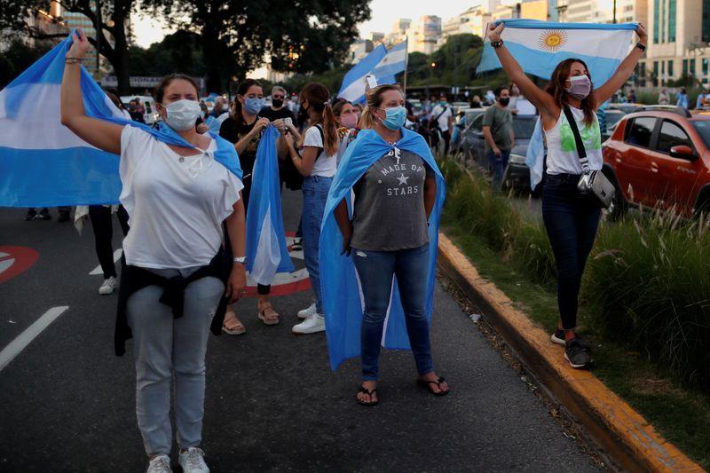 ANÁLISE-Vírus, pobreza e vacinas: peronistas enfrentam dificuldades em ano eleitoral na Argentina