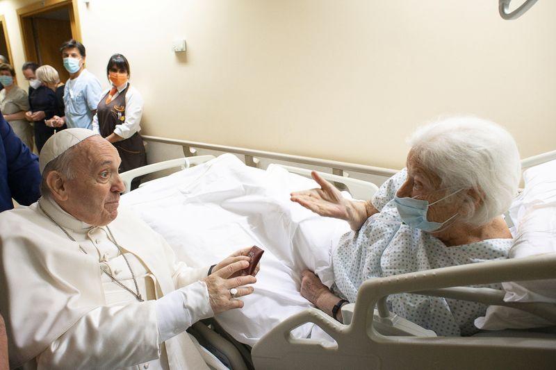 Papa Francisco ficará no hospital mais alguns dias, diz Vaticano