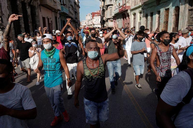 Cuba vê maiores protestos em décadas em meio a piora da pandemia
