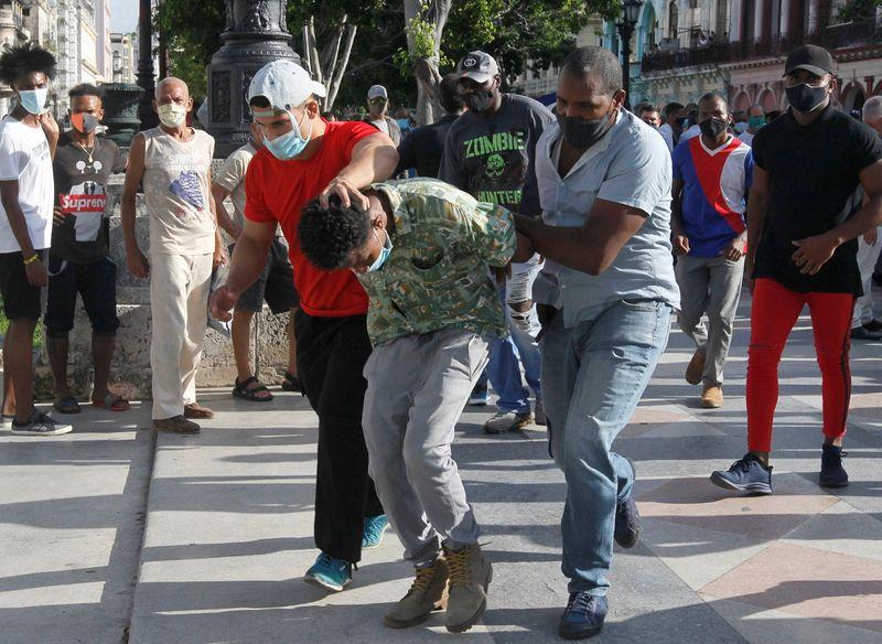 Cuba atribui protestos à interferência dos EUA; Biden apoia protestos