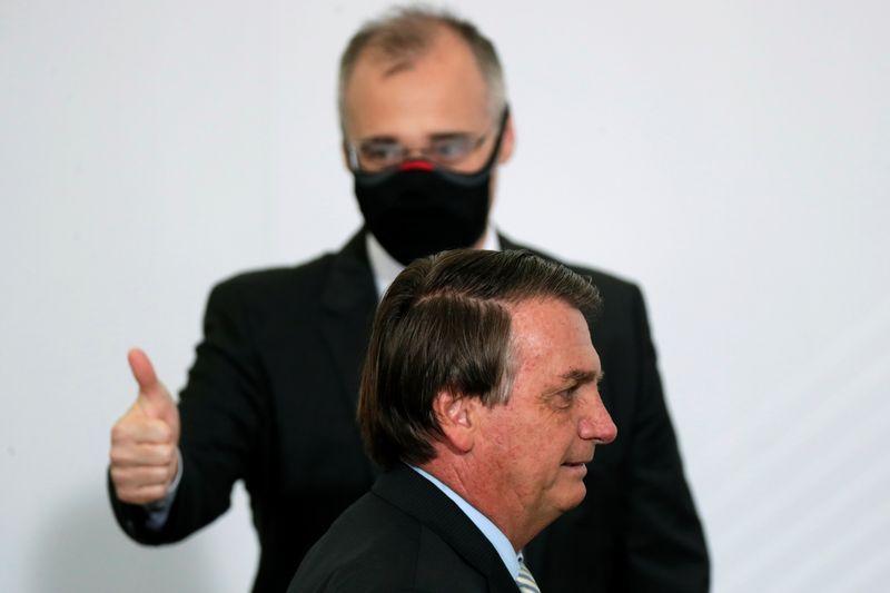 Bolsonaro confirma indicação de Mendonça ao STF e fala em oração antes de sessões