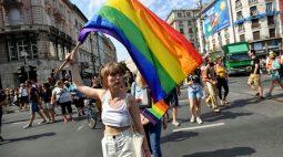 Milhares se reúnem em parada do orgulho gay de Budapeste contra lei anti-LGBTQ